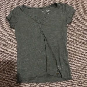 Army green Hollister tee with lettuce edging